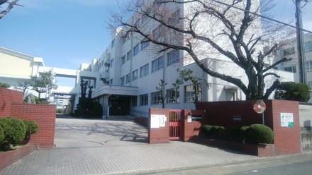 春田小学校  約700m(徒歩約9分)