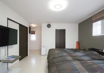 シックでモダンなセンスが光る2階寝室