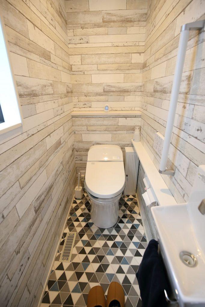 タイル柄やレンガ柄のトイレ