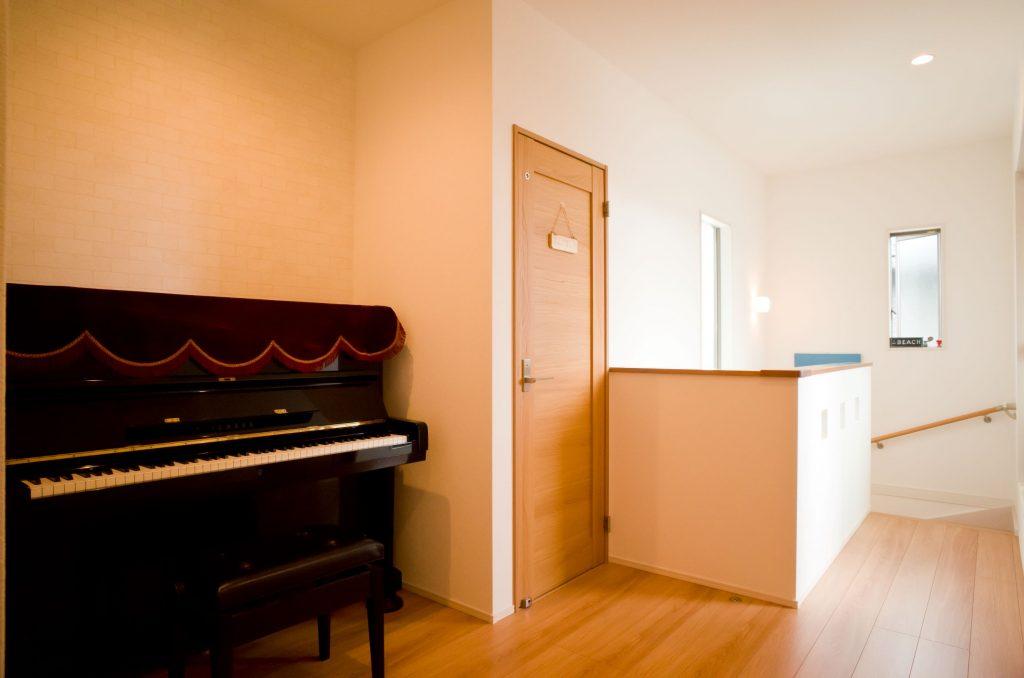 2階のフリースペースにあるピアノ