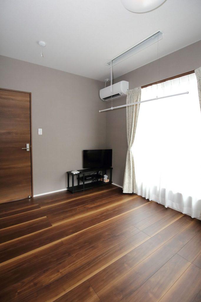 薄いグレーの壁の2階主寝室