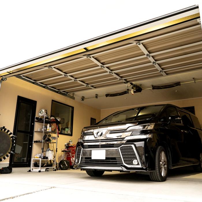 シックなカラーで統一された優雅なガレージハウス